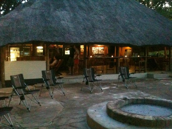 Kalizo Lodge: Bar, braai and entertainment area