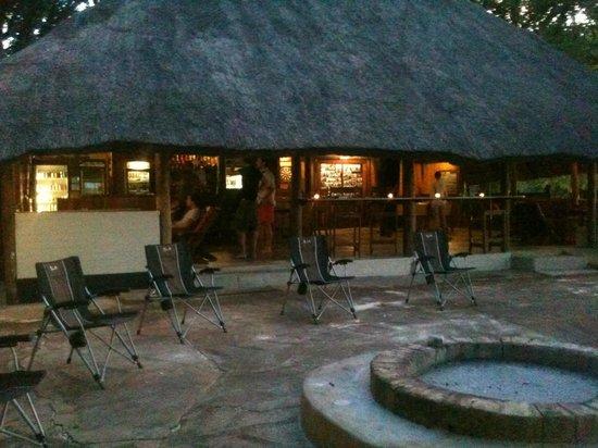 Kalizo Lodge: Bar, braai and entertainment area