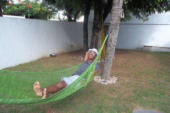 Arrecifes Hostel: descanse na rede sob o coqueiros.