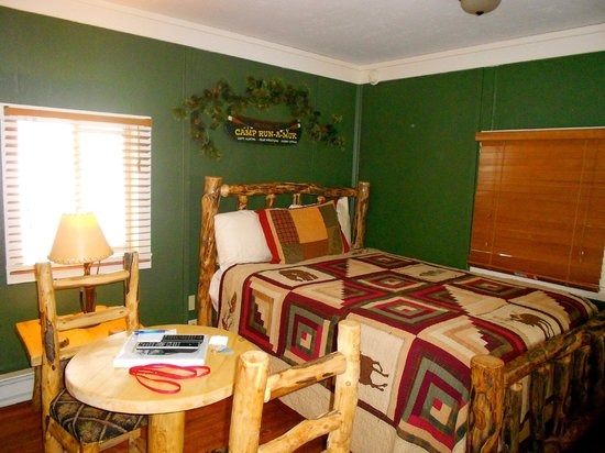 Triple R Cottages: Bed