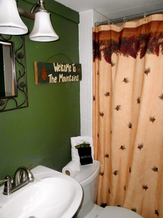 Triple R Cottages: Bathroom
