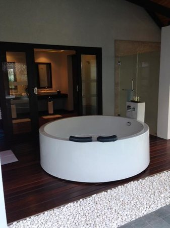 Velassaru Maldives: Outdoor Bath Tub