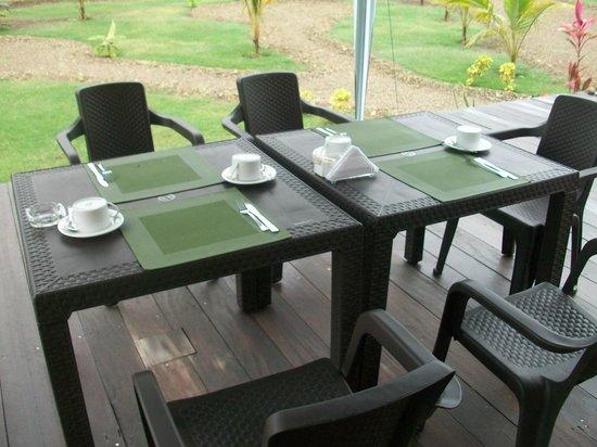 Tavarua Hotel: Mesa de desayuno al aire libre