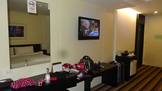 Miracle Suvarnabhumi Airport Hotel : TV and desk area, mini fridge