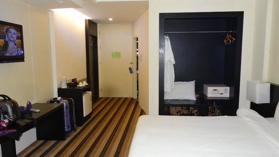 Miracle Suvarnabhumi Airport Hotel: Complimentary robe, safe