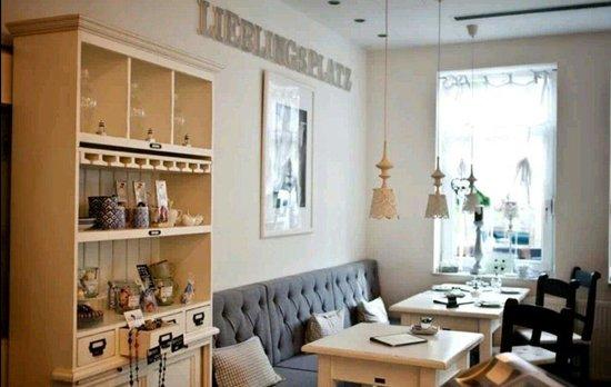Deko-Schrank und Sitzmöglichkeiten . Ein Cafe im nordischen Flair ...