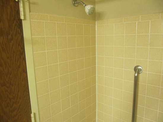 Comfort Inn University Center: Old clunky shower