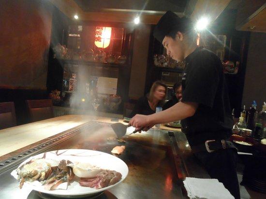 Sapporo Teppanyaki & Sushi Restaurant: Le chef en action