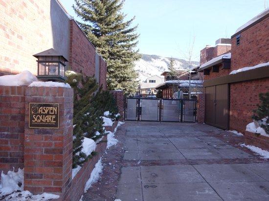 Aspen Square Condominium Hotel: Side entrance