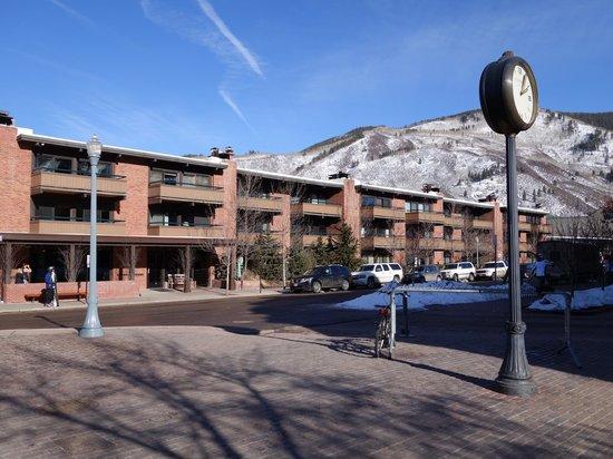 Aspen Square Condominium Hotel: Rear of hotel as seen from gondola