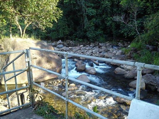 Pousada Estacao Boca Do Mato: Deck da piscina com acesso ao rio