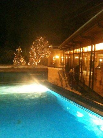 Adula Hotel: Aussenpool am Abend