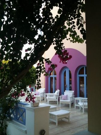 Acqua Vatos Hotel: The patio where you eat the best breakfast ever!