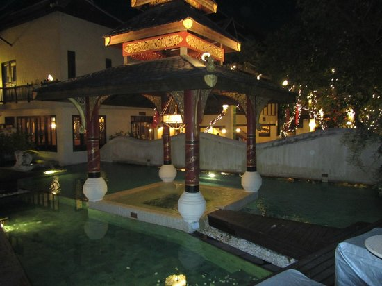 Puripunn Baby Grand Boutique Hotel : Pool area at night