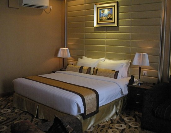 Best Western Green Hill Hotel : the bedroom of Executive Suite, 524