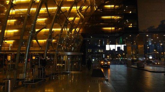 Hilton Buenos Aires : entrada a hotel , vista lateral iluminada