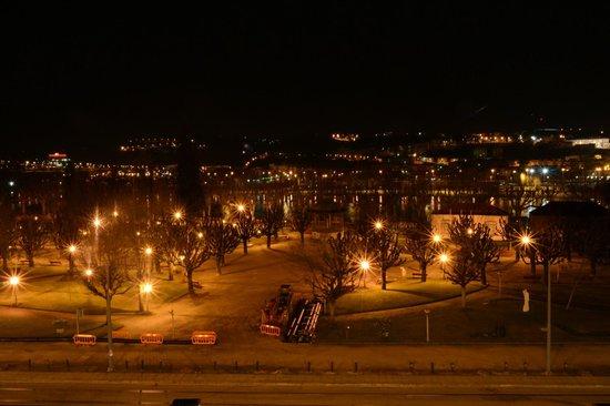 Ibis Coimbra : Vista do quarto à noite