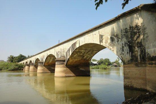 Провинция Тямпасак, Лаос: 鉄道跡のメガネ橋