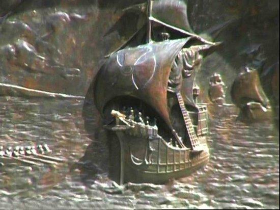 Museo Regional De Magallanes: Le caravelle, pannelli in bronzo del monumento