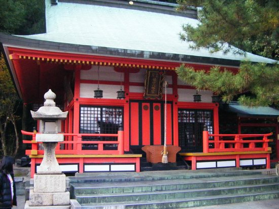 Akama Shrine: A smaller adjacent shrine