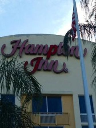 Hampton Inn Ft. Lauderdale West / Pembroke Pines: The fascia sign has seen better days.