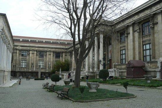 Museo de Arqueología de Estambul: Current entry (on right) to Archaeology Museum, Istanbul