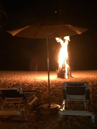 Mount Cinnamon Resort & Beach Club : Beach bonfire