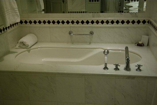 Powerscourt Hotel, Autograph Collection: Large jacuzzi tub