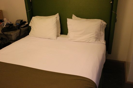 Holiday Inn Express Hotel Cass: Bedrooms are small but nice