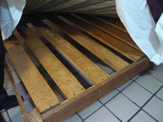 Hotel Parador Santo Domingo de Guzman: Thick, hard wooden slats under equally hard mattress!