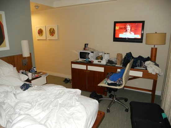 Shoreline Hotel Waikiki: size of the room (ignore our mess)