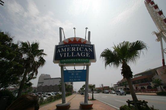Mihama American Village: 軍病院前バス停から歩いて数分、看板がお出迎え。