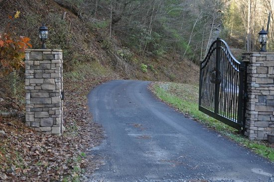 Black Bear Hollow Cabins: Gated Entrance, most cabins are on 5 acres each!