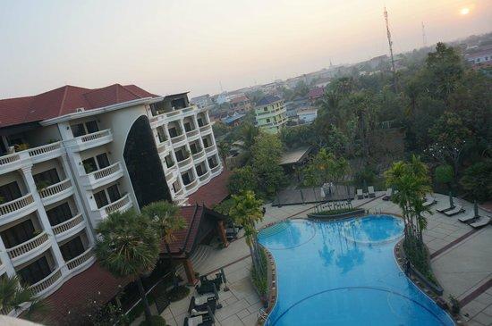 The Privilege Floor by BOREI ANGKOR: 从430房间的阳台看到的酒店泳池