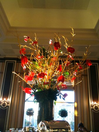 Four Seasons Hotel Ritz Lisbon: More lobby flowers