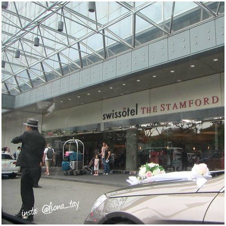 Swissotel The Stamford: Entrance :)