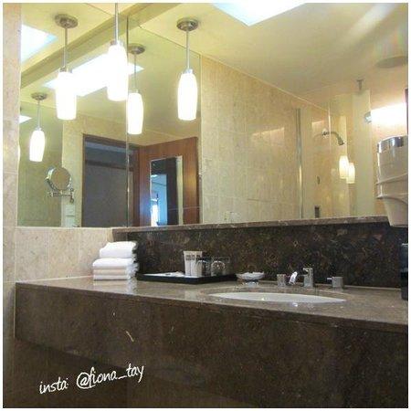 Swissotel The Stamford Singapore : Bathroom