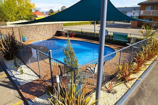 Swimming pool outdoor not heated picture of narellan for Heated garden swimming pools
