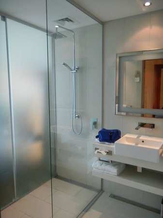 Novotel Auckland Airport: Bathroom with views from shower