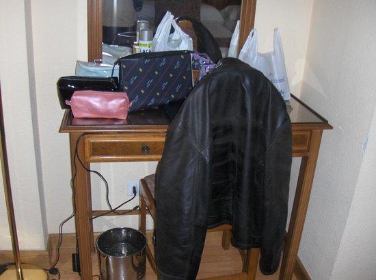 Hotel Comfort Dauro 2: Mesa escritorio debajo donde están los enchufes
