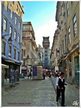 Cidade Baixa: En la Rua de Santa Augusta se ve el Elevador que asciende 32 mts. .