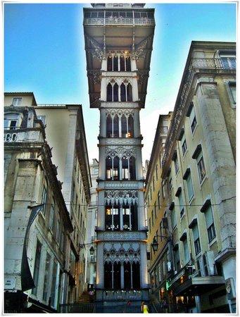 Cidade Baixa: Torre de estilo gótico levantada a czos del siglo XX.Construida en hierro colado y con filigrana