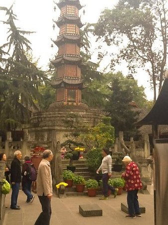 Wenshu Yuan Monastery: pilgrims circumambulate the great pagoda.. dec'14