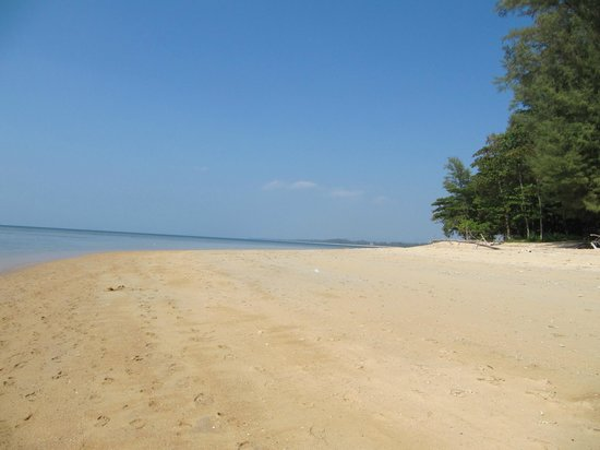 Mai Khao Beach: Further away from the resort hotels and still empty