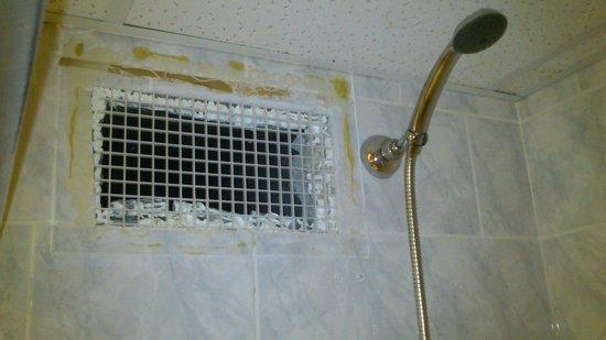 Hotel Fit Fun : wentylacja w prysznicu