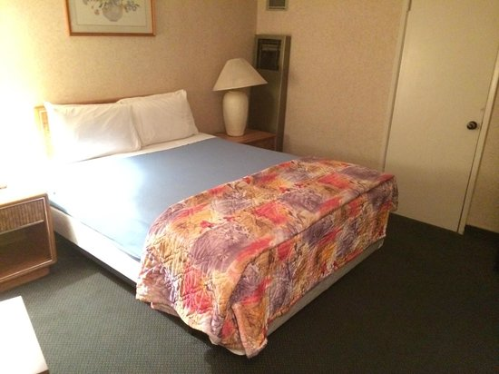 Alamo Inn & Suites: Good size, comfortable bed