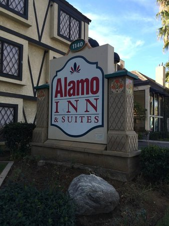 Alamo Inn & Suites: Alamo sign