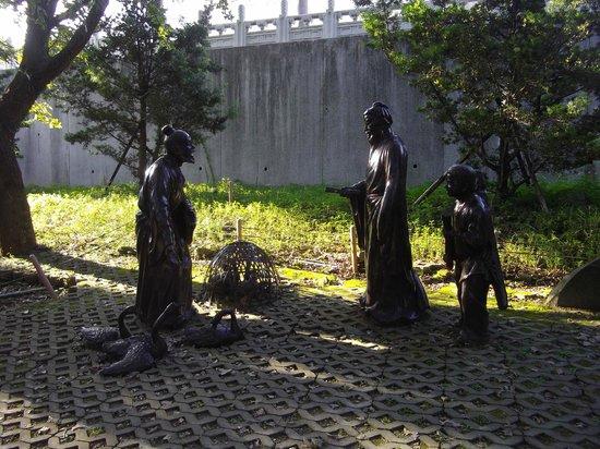 Zhishan Garden: ガチョウと自作の書を交換する王羲之の像