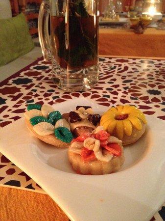 Cafe Restaurant Nomad: Té y pastelitos (cortesía de la casa) para el postre