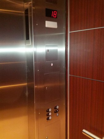 Hyatt Regency Vancouver: Button-less express elevators